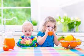 bé uống nước trái cây