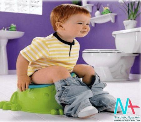 bé đi vệ sinh