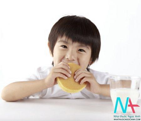 trẻ em ăn sáng