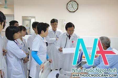 GS.TS Nguyễn Lân Việt vừa giảng dạy cho các bác sĩ lâm sàng, vừa thăm khám tại giường bệnh
