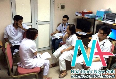 Các bác sĩ thực hành hỏi bệnh và khám bệnh bằng tiếng Anh tại Khoa Nội tổng hợp