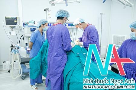 TS.BS Nguyễn Vũ trong một ca phẫu thuật cho bệnh nhân bị trượt đốt sống thắt lưng