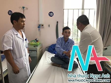 PGS.TS Nguyễn Lân Hiếu - Phó Giám đốc BVĐHYHN và đại diện Lãnh đạo khoa RHM đến thăm hỏi và trao phần quà cho bệnh nhân trước khi xuất viện