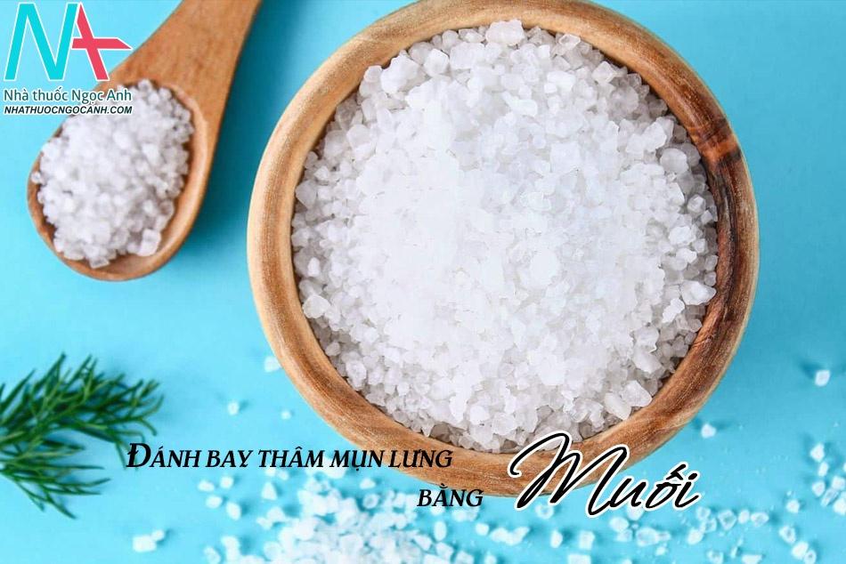 Trị thâm mụn lưng lâu năm bằng muối tinh