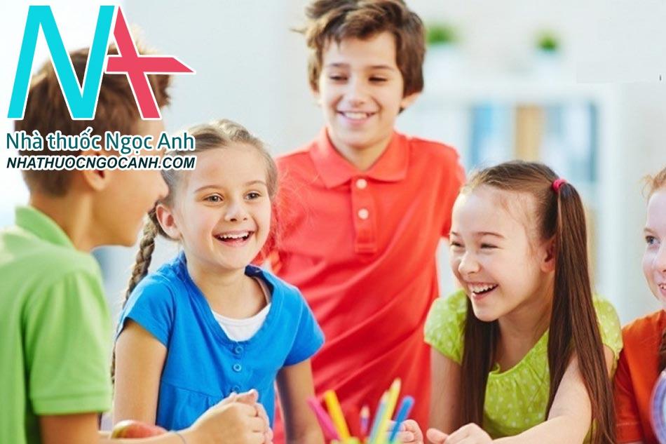 Điều trị bệnh tự kỷ cho trẻ bằng cách cho trẻ tiếp xúc và chơi cùng các bạn theo từng nhóm nhỏ