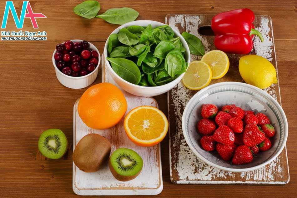 Bổ sung đầy đủ lượng nước mỗi ngày, tăng cường uống vitamin, nước ép hoa quả,...